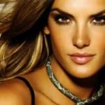 La modella Alessandra Ambrosio mostra il suo pancione su Facebook
