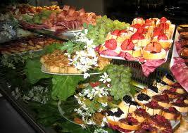 Anche il tavolo del Buffet deve avere una decorazione floreale ...