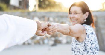 coppia festeggia anniversario 50 anni matrimonio nozze d'oro