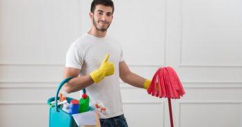 uomo pulisce tutto