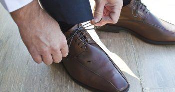 scarpe indossate dagli uomini